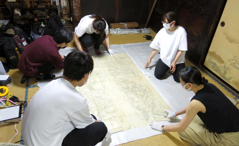 研究室メンバーによる絵図実地調査の様子